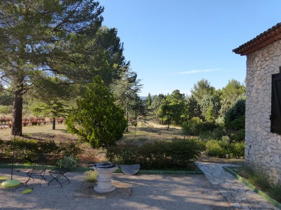 Les Mazets du Luberon : View from breakfast table of the grounds