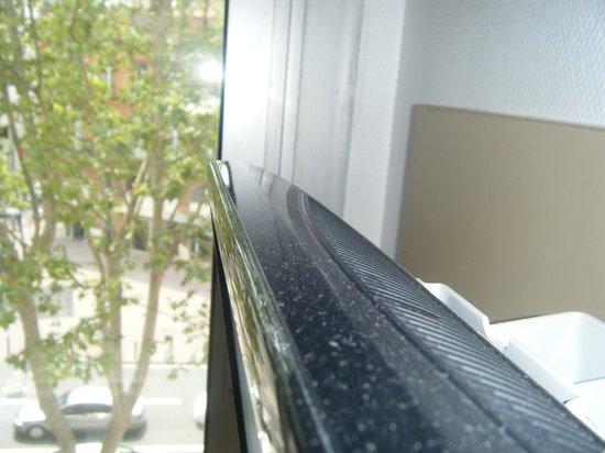 Hotel Victor Hugo Toulouse: La poussière sur la télé
