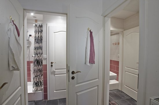 HoBar - the hostel bar : 4 bed Dorms' shared bathroom