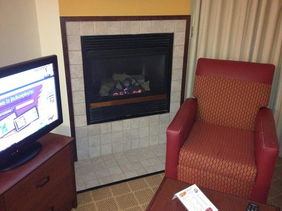 Residence Inn West Springfield: Fireplace in 405