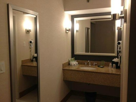Holiday Inn Express & Suites Stamford: Bathroom sink area