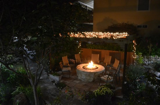 Vendange Carmel Inn & Suites: FirePit Patio