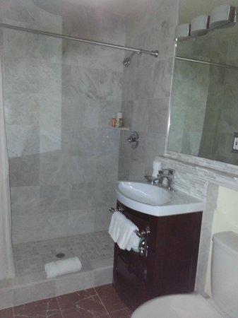 Vendange Carmel Inn & Suites: Cold floors