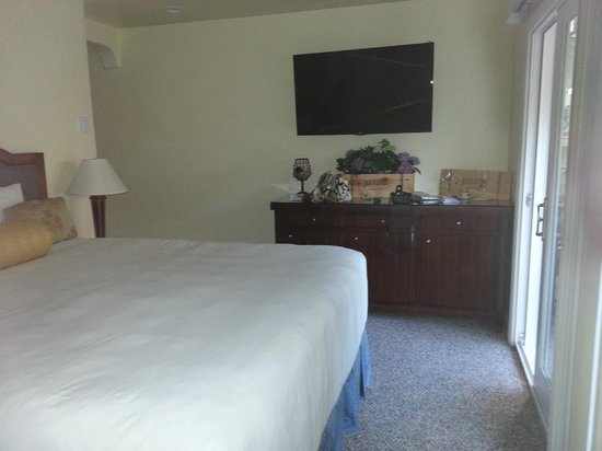 Vendange Carmel Inn & Suites: Comfy Bed