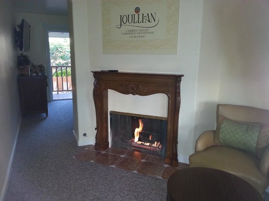 Vendange Carmel Inn & Suites: Nice Fireplace
