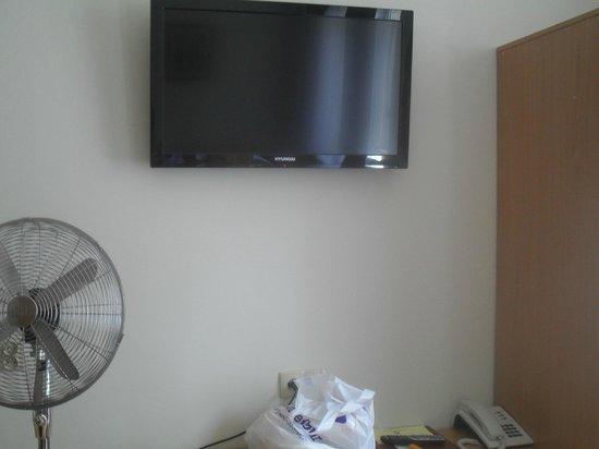 Maly Krakow Aparthotel: tv e wi fi in camera
