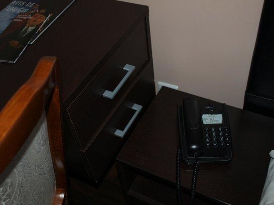 Reims Hotel: rangement et prise inutilisables, mobilier entassé