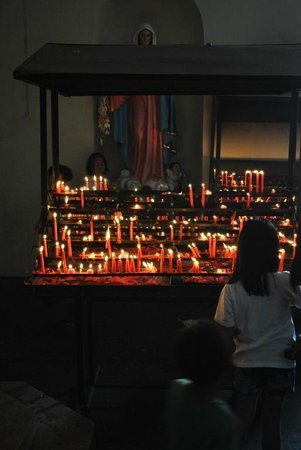 Binondo: Great image of candles lit for their faith