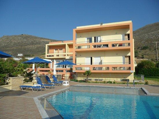 Kanakis Apartments: Vue de la piscine
