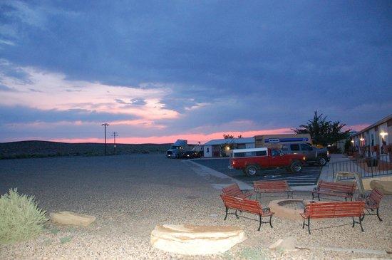 High Desert Lodge: sunset at motel