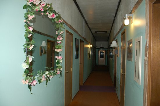 High Desert Lodge : hallway to rooms