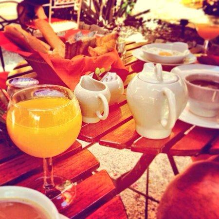 La Bastide du Port : Breakfast in the garden