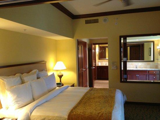 Marriott Ko Olina Beach Club: Bedroom from hallway looking into bathroom
