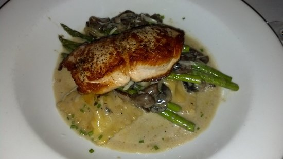 Blue Moon Bistro : salmon with lobster ravioli