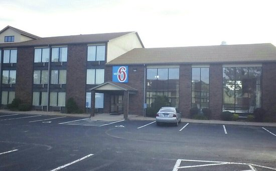 Motel 6 Branson : Indoor corridor, indoor pool...
