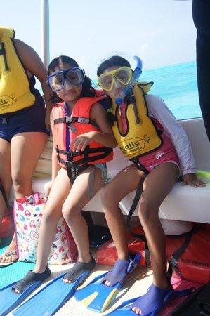 Cozumel Sports: Las niñas listas para snorkelear.