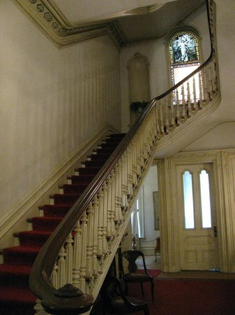 Woodruff-Fontaine House: The grand staircase from the foyer.
