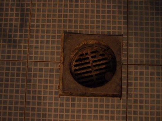 Hotel Medusa : drain in a bathroom