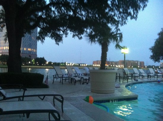 Omni Mandalay Hotel at Las Colinas: View from the pool at night