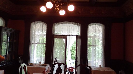 Cedar Crest Inn: One view of the dining room