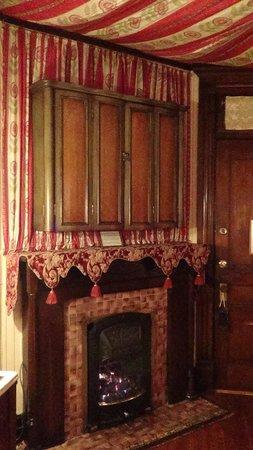 Cedar Crest Inn: The Queen Anne Room fireplace