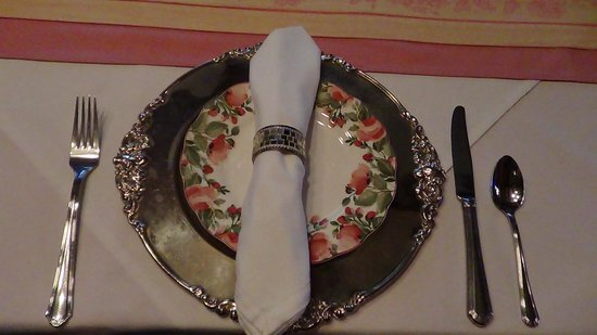 Cedar Crest Inn: The place settings in the dining room