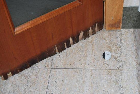 Hotel Paris Centro : Aseo, humedad en puerta