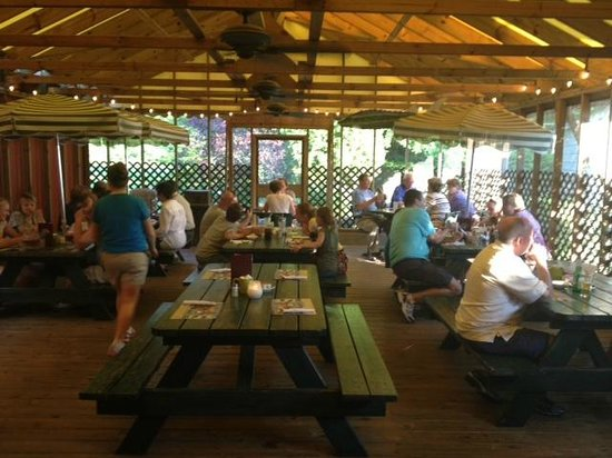 Scaturo's Baking Co & Cafe: Scaturo's outdoor covered dining room