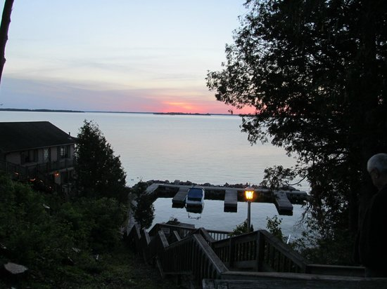 ‪‪West Winds Motel & Cottages‬: sunset view of the St Lawrence River from the grounds of West Winds!‬