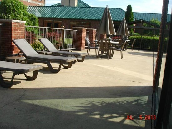 Comfort Suites Mineral Wells: Lounge Area by the Pool