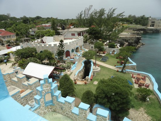 Blue Cave Castle : view of grounds from penthouse