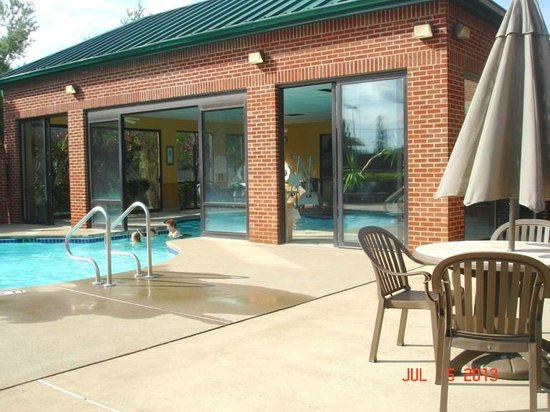Comfort Suites Mineral Wells: Pool and Lounge Aea