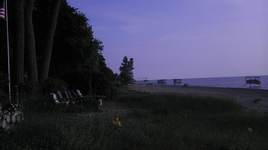 Adventure Inn Bed and Breakfast: beach in front of the Adventure Inn