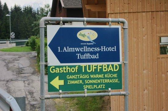 Almwellness-Resort Tuffbad: beschilderung auf der Hauptstrasse