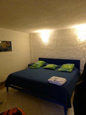 CasKaffeSu: King bed hotel room