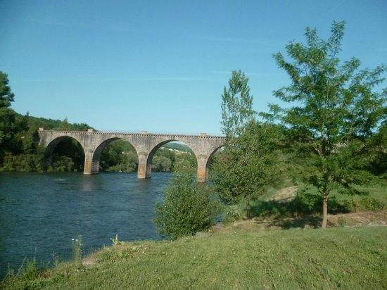Hostellerie des Lauriers: environnement proche : le pont sur le Tarn