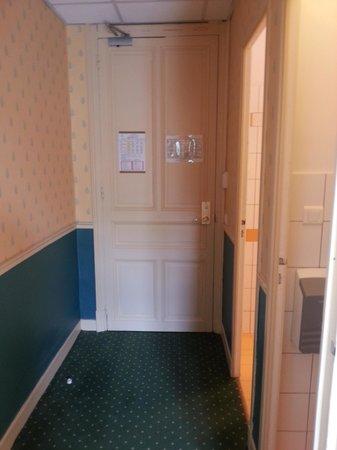 Hotel Soleil Terminus: Door into room, bathroom and toilet on right, from doorway of another door into bedroom