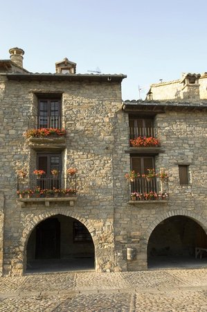 Hotel Los Nogales: Plaza de Ainsa