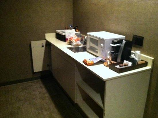 Luxe Sunset Boulevard Hotel: kitchen area of room