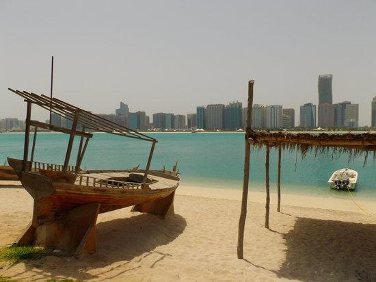 La vue sur Abu Dhabi depuis l'Heritage Village