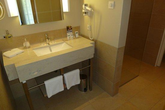 Travel Charme Bergresort Werfenweng: Waschbecken, große Dusche, abgetrenntes WC