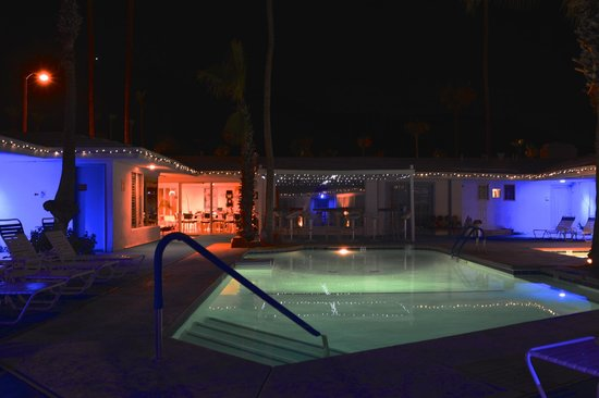 Palm Springs Rendezvous : The pool at night