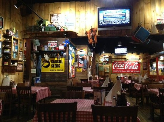 Famous Dave's: Famous Dives dining area