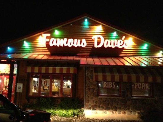 Famous Dave's: Famous Dives at night
