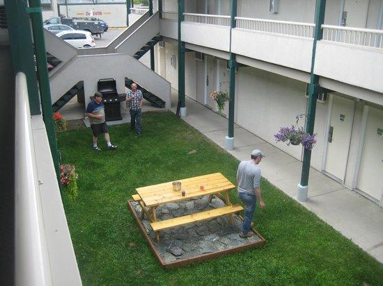 Riviera City Centre Inn : court yard