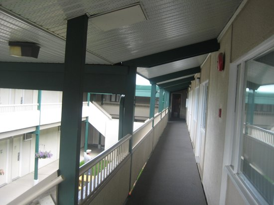 Riviera City Centre Inn : 2nd floor hallway