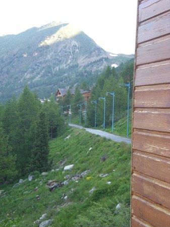 Madame Vacances Les Chalets de la Diva : depuis la terrasse du chalet le col de la lombarde