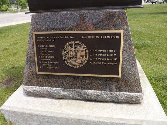 Bridge View Park : A memorial statue