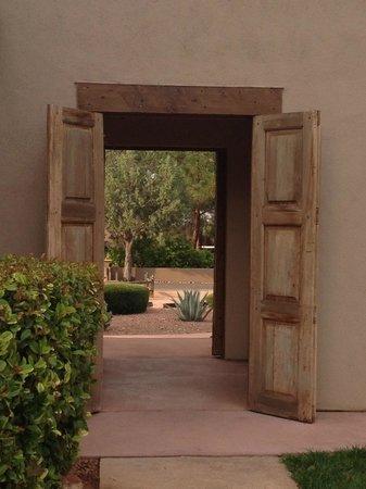 Adobe Hacienda Bed & Breakfast: Passageway from patio to cactus garden