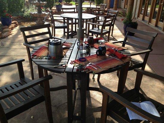 Adobe Hacienda Bed & Breakfast: Patio dining area